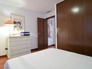 A bed or beds in a room at DUPLEX CENTRO DE MADRID-LA LATINA + GARAJE 4+1 pax
