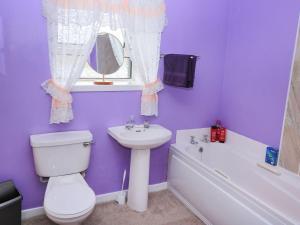 A bathroom at Lochside Cottage, Isle of North Uist