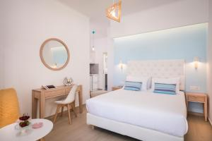 A bed or beds in a room at Hermes Beach Studios