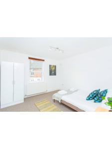 A bed or beds in a room at Beautiful 3 bedroom flat 5 min from tube station