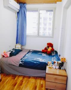 A bed or beds in a room at Ciqikou/Gele Mountain Apartment