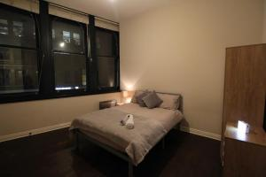 A bed or beds in a room at Central Northern Quarter Apartment