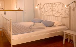 A bed or beds in a room at Dolphin Guest House and Studios