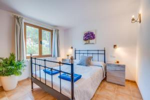 A bed or beds in a room at Cala Mesquida Villa Sleeps 5 Pool Air Con WiFi