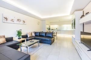 A seating area at CDP Apartments - Bell Street 4