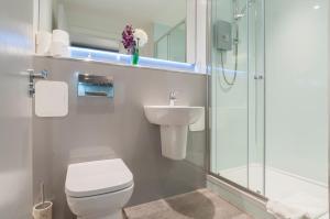 A bathroom at Lothian Street Apartment