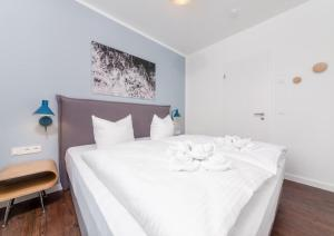 A bed or beds in a room at Quartier Schneespecht Westendpalais