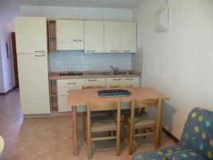 Cuisine ou kitchenette dans l'établissement Residence de Tourisme Marina Corsa