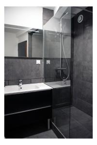 A bathroom at Cosy appart 80m2 hyper centre/vieux Lille