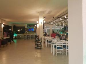 Een restaurant of ander eetgelegenheid bij Ladies Beach Residence