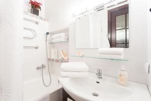 A bathroom at KAZA APART