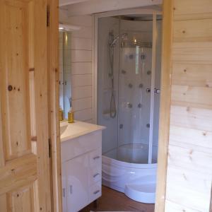 A bathroom at Chalets Gîtes La Croisée des Chemins