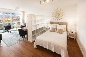 A bed or beds in a room at Large Central Apart - Panoramic Lake View - Luxury Equiped