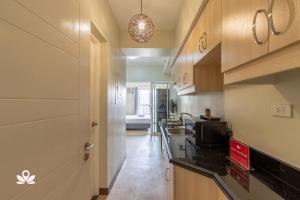 A kitchen or kitchenette at ZEN Rooms Sheridan Mandaluyong