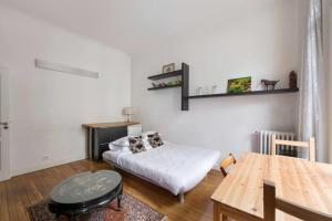 A bed or beds in a room at Cosy flat for 4p near Saint Germain / Notre Dame