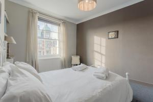 A bed or beds in a room at 2 Bedroom Apartment in the Heart of Angel