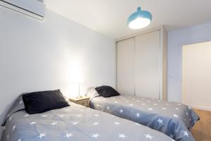 A bed or beds in a room at 3 Bedrooms & 2 Bathrooms Apartment with huge Patio. Great Location