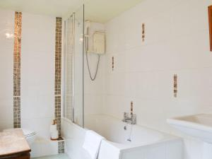 A bathroom at Couter Cottage