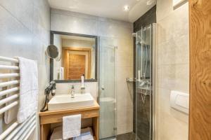A bathroom at Aparthotel Weningeralm