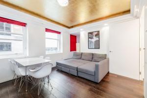 A seating area at Trafalgar Square 2 bedroom apartment