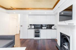 A kitchen or kitchenette at Trafalgar Square 2 bedroom apartment
