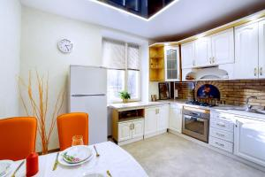 A kitchen or kitchenette at Apartamienty na prospiektie Niezavisimosti
