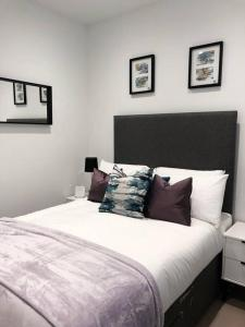 A bed or beds in a room at Luxury Apartment, Lewes Town Centre (with Parking)
