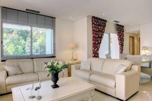 A seating area at Luxury Apartment Alcazaba Beach