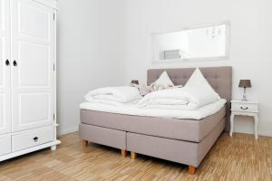 A bed or beds in a room at SC_2 · SC2 Family 4Zim.+2Bäder 115 qm Balkon+Aufzug 1.OG