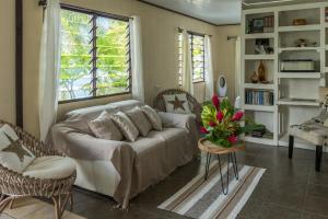 A seating area at Matira Sunset House