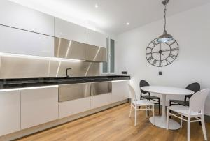 A kitchen or kitchenette at JORGE JUAN LUXURY, by Presidence Rentals