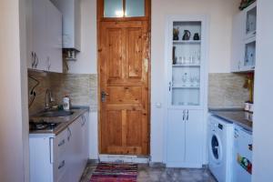 Кухня или мини-кухня в Tbilisi Apartment