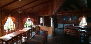 A restaurant or other place to eat at Cabanas San Gabriel