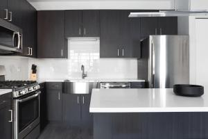A kitchen or kitchenette at Sonder- North Lincoln