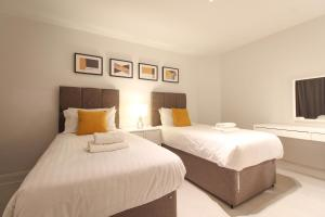 A bed or beds in a room at Imperial Green - London, Wembley