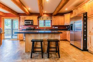 A kitchen or kitchenette at Lake 5 Cabin