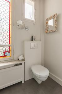 A bathroom at Veeve - Charming Townhouse near Parc Montsouris