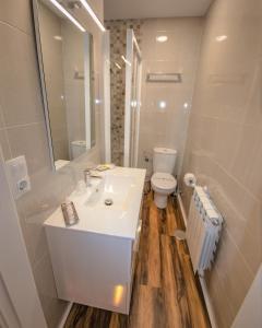 A bathroom at Apartamentos Silo