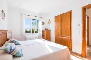 A bed or beds in a room at Torre Soli Nou Villa Sleeps 10 Pool Air Con WiFi