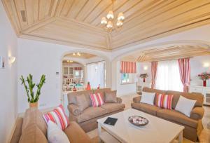 A seating area at Roja- Pe Villa Sleeps 12 Pool Air Con WiFi