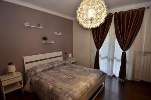 A bed or beds in a room at Erno Apartment