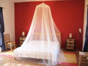 A bed or beds in a room at Vale de Rosas Villa Sleeps 8