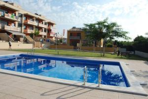 The swimming pool at or near APARTAMENTO CON JARDIN Y PISCINA A 200M DE LA PLAYA