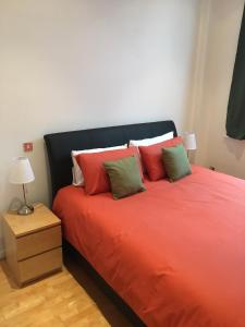 A bed or beds in a room at Stylish City Centre Apartment