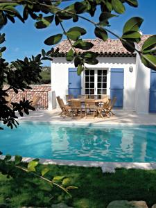 The swimming pool at or near Lagrange Vacances Carré Beauchêne