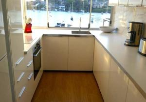 A kitchen or kitchenette at ABSOLUTE WATERFRONT UNIT