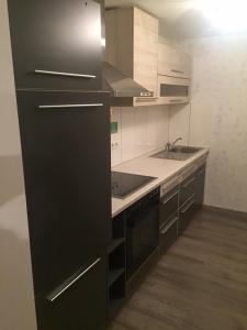 A kitchen or kitchenette at Moderne, große Ferienwohnung