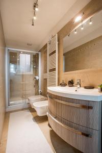 A bathroom at Venice Dream House