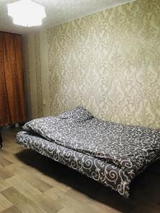 Ein Bett oder Betten in einem Zimmer der Unterkunft Apartment on Koshevogo 25a