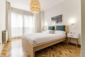 A bed or beds in a room at BRIGHT FLAT | Parking/Wanda Metropolitano/ Airport